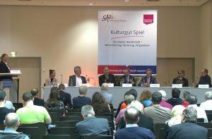 Eine Premiere: Spiel und Politik im Dialog